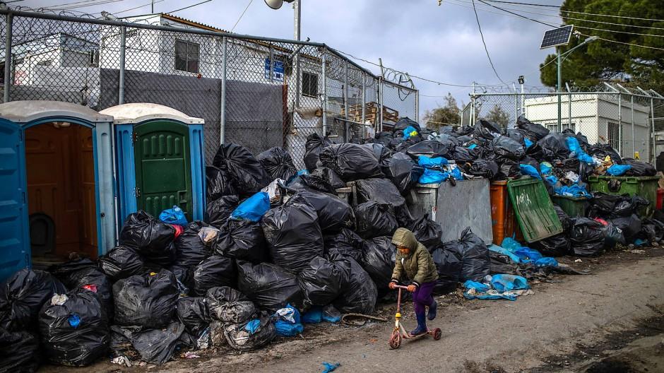 Wehe, wenn das Virus kommt: Ein Junge spielt mit einem Roller vor Müllsäcken im Flüchtlingslager Moria.
