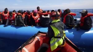 Sea-Eye rettet 64 Menschen aus dem Mittelmeer