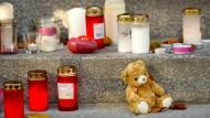 Kerzen, Plüschtiere, Blumen: Treppe zum Eingang der Evangelischen Schulgemeinschaft Erzgebirge in Annaberg-Buchholz