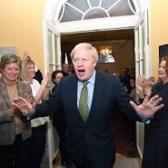 Gerne als Alleinunterhalter im Mittelpunkt: Umjubelter Wahlsieger Boris Johnson in 10 Downing Street.
