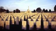 """Endlose Gräberreihen: Was übrig blieb von dem """"todesmutigen Opfergang"""" Hunderttausender junger Männer, die in die Schlachten von Flandern zogen"""