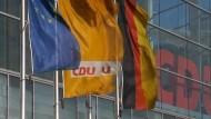 Führende CDU-Politiker haben sich erneut gegen eine gesetzliche Frauen-Quote in Aufsichtsräten von Dax-Unternehmen ausgesprochen und für die bevorstehende Abstimmung zur Geschlossenheit gemahnt.