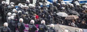 Am Rande des Bundesparteitages der AfD umstellen nahe des Messegelände am Flughafen in Stuttgart Polizeikräfte zahlreiche Demonstranten.
