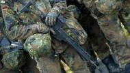 Soldaten stehen auf dem Gelände der Marinetechnikschule in Parow.