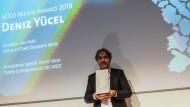 """""""Helden brauchen vielleicht keine Pause, ich schon."""": Journalist Deniz Yücel bei der Verleihung der M100 Media Awards."""