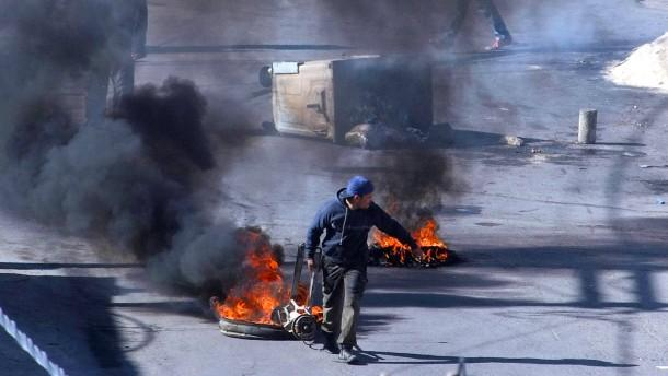 Ein Polizist stirbt bei Protesten