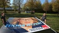 Ein Wahlplakat der SPD mit dem Portrait der Spitzenkandidatin der Bayern-SPD Natascha Kohnen wird in Augsburg abtransportiert.