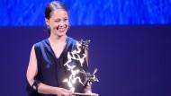 """Paula Beer erhält bei den 73. Flimfestspielen von Venedig den """"Marcello Mastroianni Award."""""""