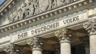 Der Sitz des Volkssouveräns: Die Inschrift über dem Reichstagsgebäude.
