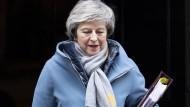 Warm anziehen: May auf dem Weg ins Parlament.
