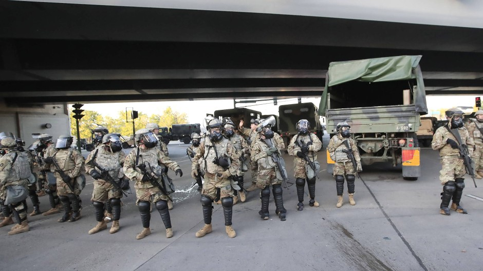Angehörige der Nationalgarde von Minnesota nehmen Aufstellung in Minneapolis