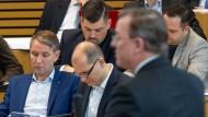 In einem Landtag: Björn Höcke, AfD-Fraktionschef, und weitere Mitglieder der AfD-Fraktion verfolgen in Erfurt die Regierungserklärung von Ministerpräsident Ramelow (Linke)