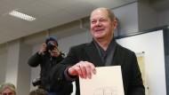 Hamburgs Erster Bürgermeister und Spitzenkandidat der SPD, Olaf Scholz, gibt am Sonntag in einem Wahllokal in Hamburg seine Stimme für die Bürgerschaftswahl ab.