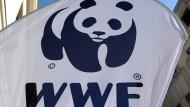 Das WWF-Logo ist in Berlin auf einem Aufsteller zu sehen.