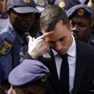 Umringt von Polizisten: Oscar Pistorius nach der Verkündung des Strafmaßes