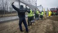 Mit einem doppelten Grenzzaun schirmt sich Ungarn gegen Flüchtlinge ab.
