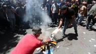Anti-LGBTQ-Protestierer verbrennen in Tiflis am 5. Juli Regenbogen-Symbolik
