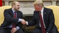 Freude über Freilassung: Donald Trump begrüßt Joshua Holt nach seiner Rückkehr aus Venezuela im Oval Office des Weißen Hauses.