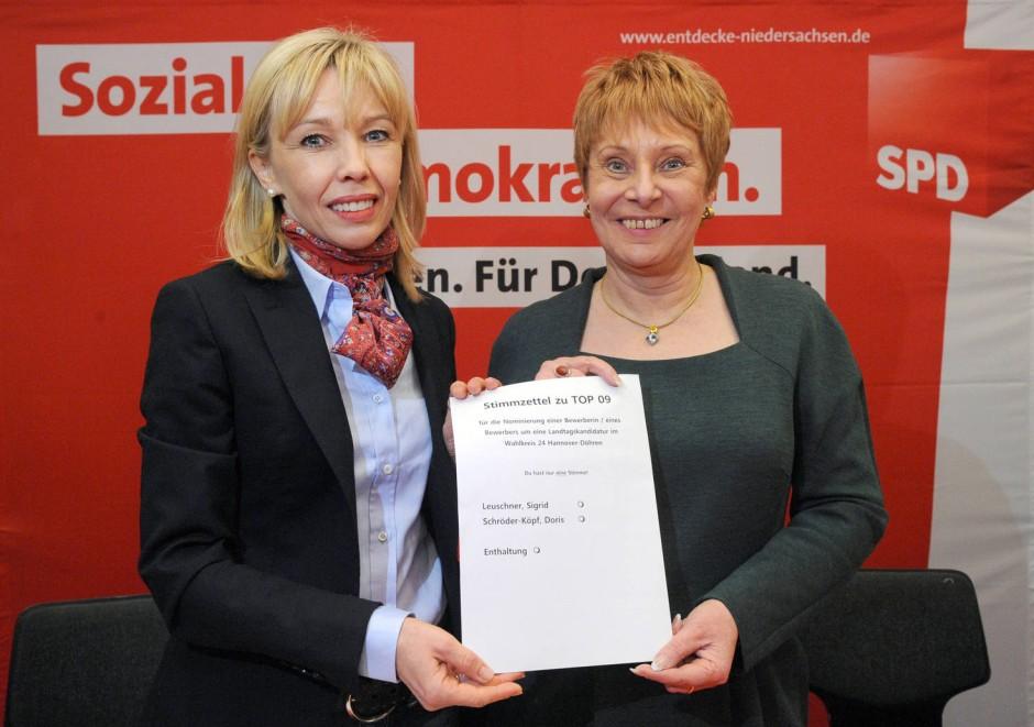 Die Qual der Wahl: Doris Schröder-Köpf (links) und Sigrid Leuschner (beide SPD) halten bei einer Mitgliederversammlung des SPD-Ortvereins Döhren-Wülfel in Hannover einen Stimmzettel hoch. Der Ortsverein trifft in einer nicht öffentlichen Mitgliederversammlung eine erste Vorentscheidung darüber, wer von den beiden zur niedersächsischen Landtagswahl 2013 antreten kann.