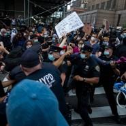 Polizisten stoßen am 29. Mai in New York mit Demonstranten während eines Protests wegen der Tötung von George Floyd zusammen.