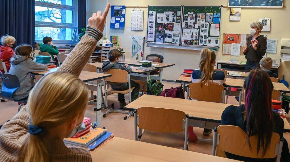 Masken schützen im Unterricht: Grundschüler und Grundschülerinnen in Frankfurt (Oder)