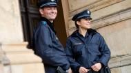 Da lächelt es sich doch gleich viel leichter: Auch bayerische Polizisten dürfen bald Blau tragen.