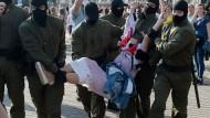 Sicherheitskräfte nehmen am Samstag in Minsk eine Frau in Gewahrsam, die gegen Machthaber Lukaschenka demonstriert hat