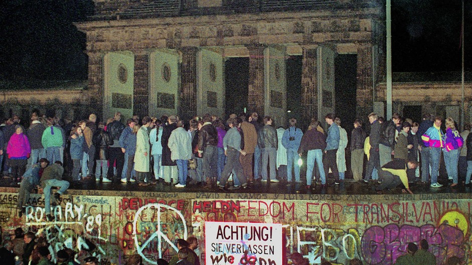 Die Berliner Mauer ist gefallen, Nacht vom 9.November zum 10.November 1989, 23 Uhr. Berliner sind auf die Mauer am Brandenburger Tor geklettert.