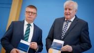 Innenminister Seehofer und Verfassungsschutzpräsident Haldenwang stellen in Berlin den Verfassungsschutzbericht 2020 vor.