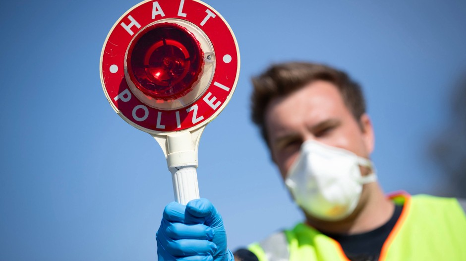 Kontrolle an der niederländischen Grenze: Viele Maßnahmen gegen das Coronavirus greifen in Grundrechte ein.