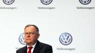 Der niedersächsische SPD-Ministerpräsident Stephan Weil hat die Vorwürfe zu Absprachen mit dem VW-Konzern zurückgewiesen.