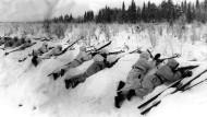 Finnische Soldaten in Schneeuniform an der Front