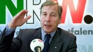 Der damalige nordrhein-westfälische Ministerpräsident Wolfgang Clement stellt im Oktober 2001 in der Düsseldorfer Staatskanzlei sein Beschäftigungsprogramm für Nordrhein-Westfalen vor.
