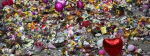 Reichen Liebe und Trauer aus, um dem Terror zu begegnen? Stilles Gedenken mit Blumen und Luftballons in Manchester