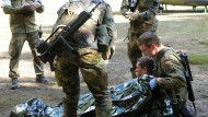 Reservisten aus Dresden bergen und betreuen bei einer Übung am 28. September 2013 auf dem Truppenübungsplatz Lehnin bei Brück (Brandenburg) einen verletzten Hubschrauberpiloten.
