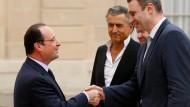 Francois Hollande begrüßt Vitali Klitschko vor dem Élysée-Palast