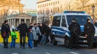 Genügend Schutz vor Anschlägen?: Polizisten sichern an Silvester den Zugang zum Brandenburger Tor in Berlin.