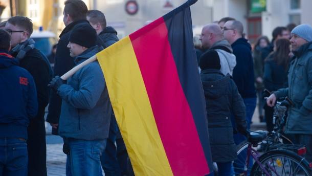 Schweinskopf vor Merkels Büro in Stralsund