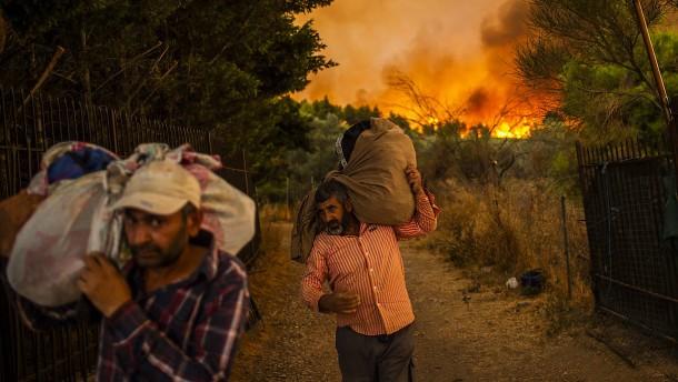 Tausende fliehen vor Bränden in Griechenland