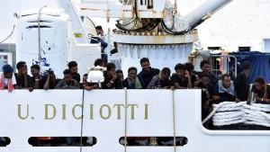"""Gesundheitsbehörde holt 16 Migranten vom Rettungsschiff """"Diciotti"""""""