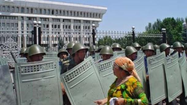 Kirgisen stürmen Regierungssitz