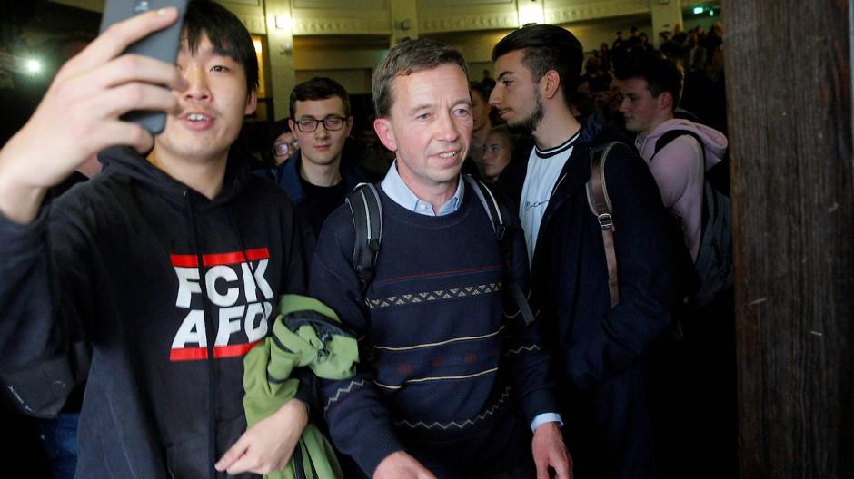 Typisches Berufsrisiko eines Professors? Bernd Lucke wurde am 16. Oktober 2019 bei seiner Rückkehr an die Universität Hamburg unfreundlich begrüßt.
