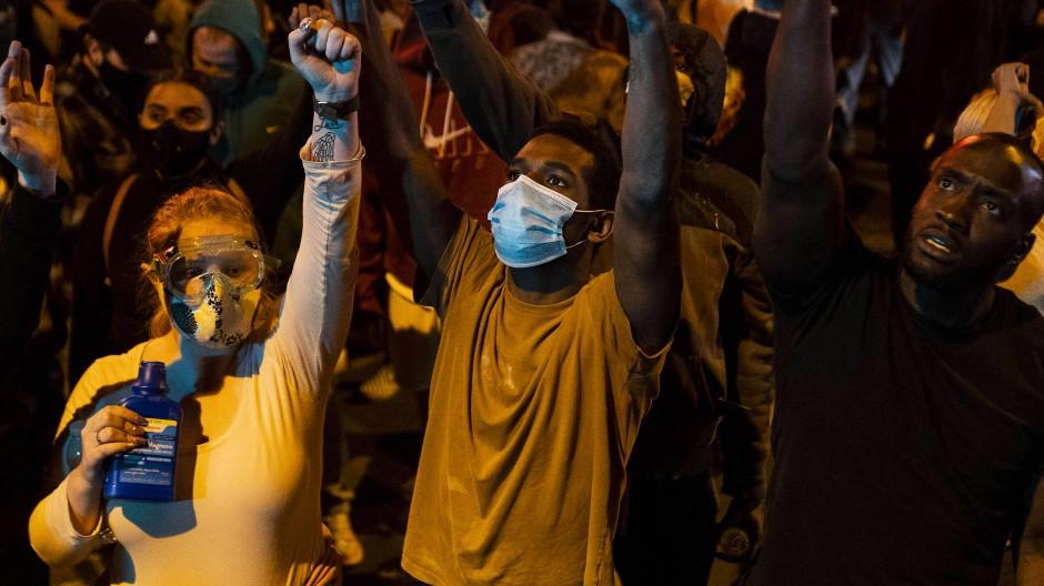 Hände hoch, nicht schießen: Protest vor der Wache des 5. Polizeireviers in Minneapolis