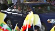 Katholiken begrüßen Papst Franziskus am Montag in Burma (Myanmar).