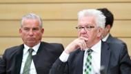 Gute Arbeitsatmosphäre war gestern:  Winfried Kretschmann, Ministerpräsident von Baden-Württemberg (rechts) neben seinem Innenminister Thomas Strobl (CDU) im Stuttgarter Plenarsaal.