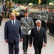 Besondere Ehre: Der Staatsratvorsitzende der DDR Erich Honecker (rechts) wird am 7. September 1987 von Bundeskanzler Helmut Kohl (links) vor dem Bonner Bundeskanzleramt mit militärischem Zeremoniell empfangen.