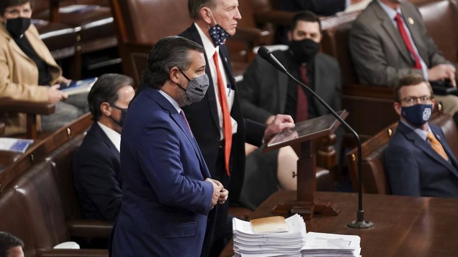 Ted Cruz (vorne), Senator aus Texas, unterstützt den Einspruch gegen das Resultat aus dem Bundesstaat Arizona im Kapitol.
