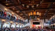 Die Kandidaten für den Parteivorsitz der SPD sitzen bei der letzten Regionalkonferenz am Samstag in München auf der Bühne.