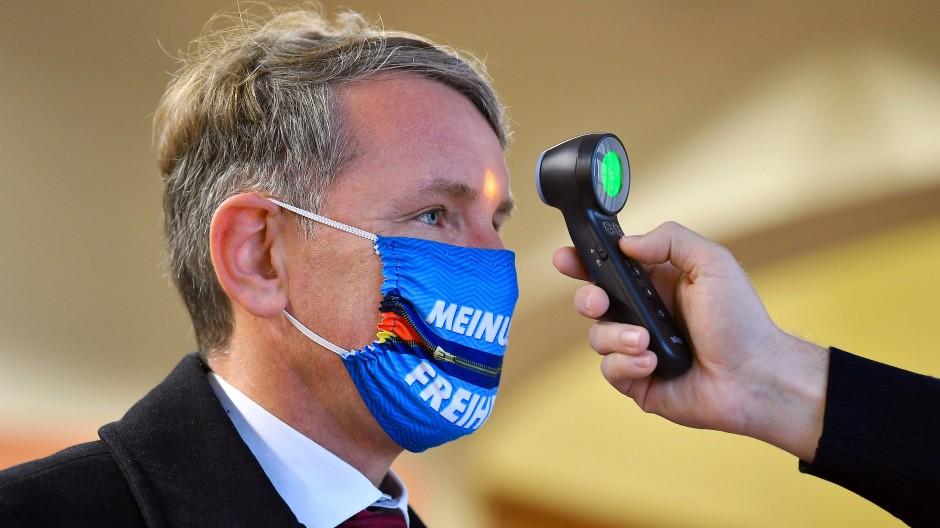 Der AfD-Vorsitzende in Thüringen, Björn Höcke, bei einer Temperaturmessung vor dem Thüringer Verfassungsgerichtshof im November