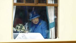 Das Volk feiert, Elisabeth II. schaut